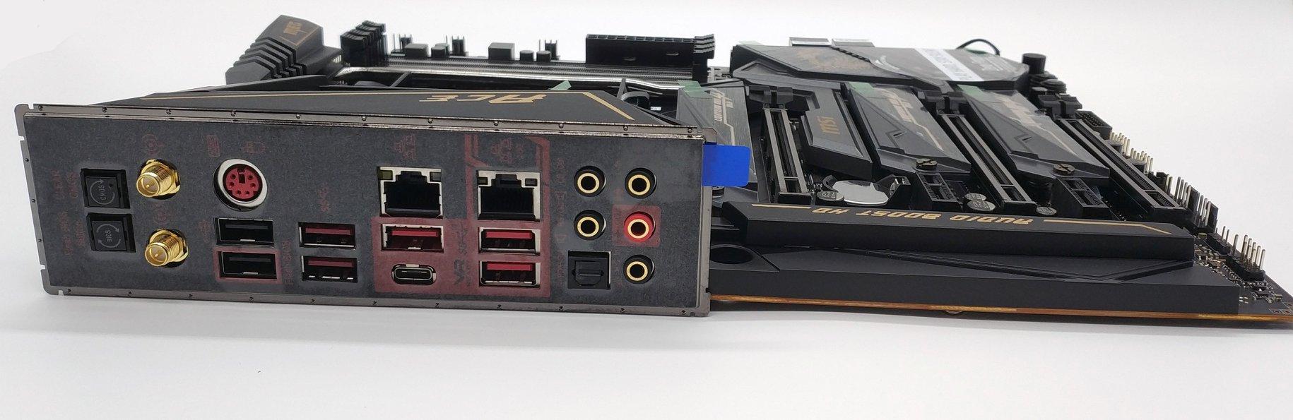 Das rückseitige I/O mit integrierter Blende umfasst von links nach rechts:  ClearCMOS - Schnelles Zurücksetzen der BIOS-Einstellungen Flashback - BIOS Update per USB Stick, benötigt keine CPU und funktioniert auch bei korruptem BIOS  Anschlüsse für die WLAN-Antenne PS/2 Kombo - Anschluss für ältere Mäuse/Tastaturen, manche Extreme-Übertakter schwören noch darauf 2x USB 2.0 Ports  2x USB 3.2 Gen1 Ports  Intel I211AT Gigabit LAN USB 3.2 Gen2 Type A Port USB 3.2 Gen2 Type C Port  Realtek8125-CG 2.5G LAN 2x USB 3.2 Gen2 Ports  Audio Anschlüsse betrieben von einem Realtek ALC1220