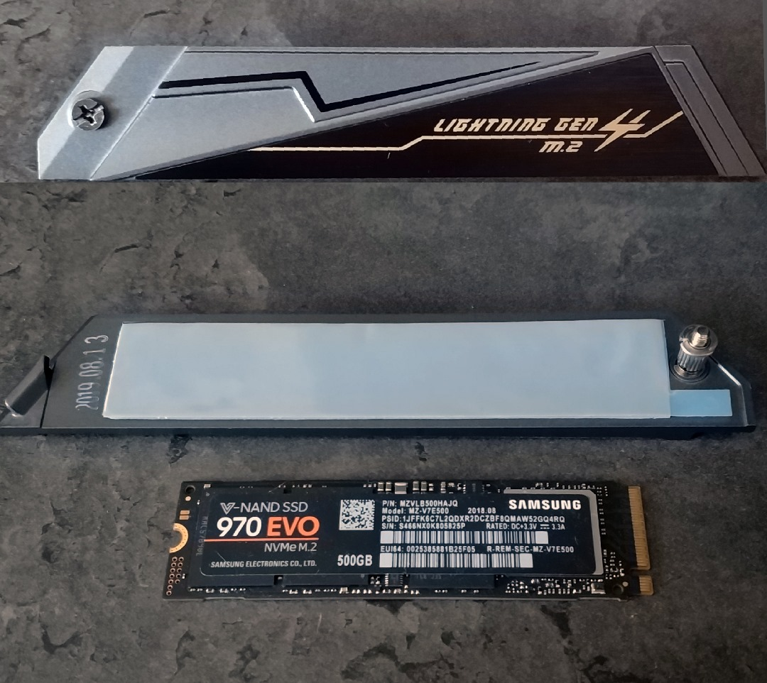 """Die Abdeckungen/Kühlkörper für die M.2 SSDs sind auf der Unterseite mit einem großen Wärmeleitpad versehen. Wie viel Kühlung man davon erwarten kann, werde ich anschließend testen. Wer sich noch an die Anfänge dieser Abdeckungen erinnert, kennt vielleicht noch die ersten """"M.2 Heatshields"""" von MSI auf den Z270 Boards. Diese haben die Temperaturen ERHÖHT, anstatt sie zu verbessern."""