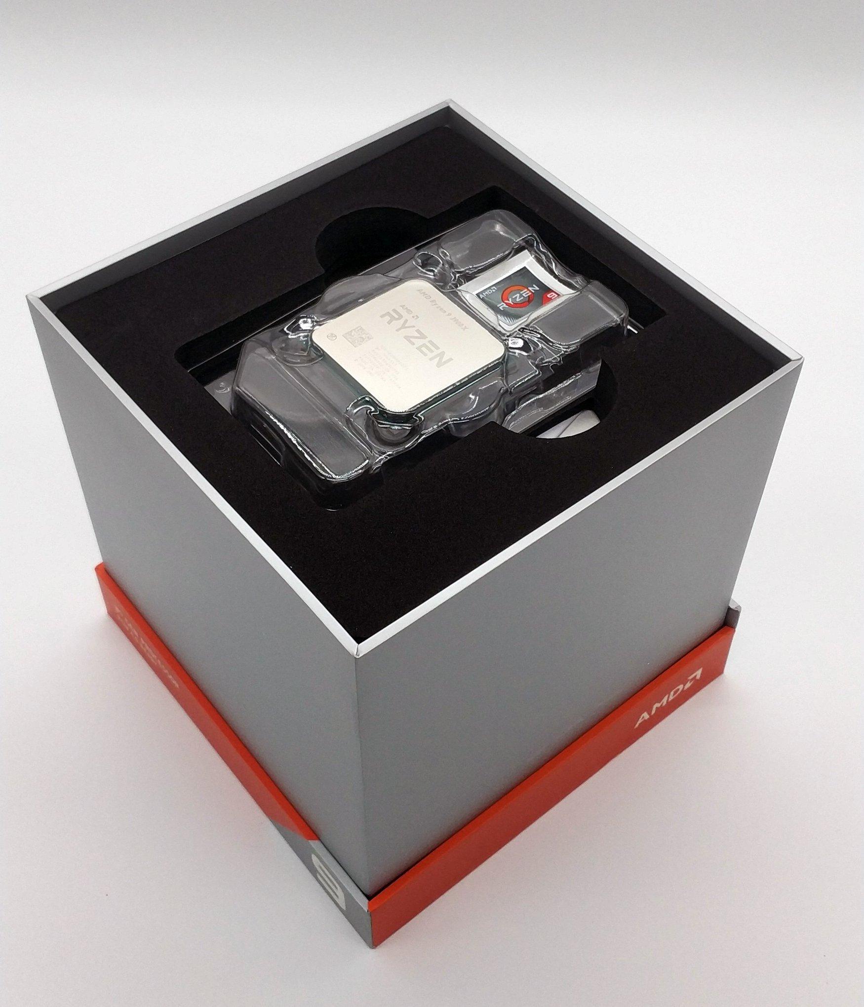 Nachdem das Siegel gebrochen wurde, kann der gesamte Deckel einfach hochgehoben werden und die CPU wird wie auf einem kleinen Podest präsentiert. Ein weiterer Aufkleber darf natürlich auch nicht fehlen !